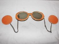 Zonnebril en oorbellen ineen