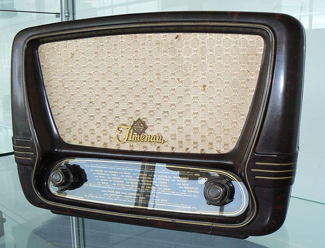 Radio. Bruin bakeliet in stijl 1950 - 1960. Model: Ilmenau 675/55GWU. Gemaakt in de voormalige DDR in 1955.